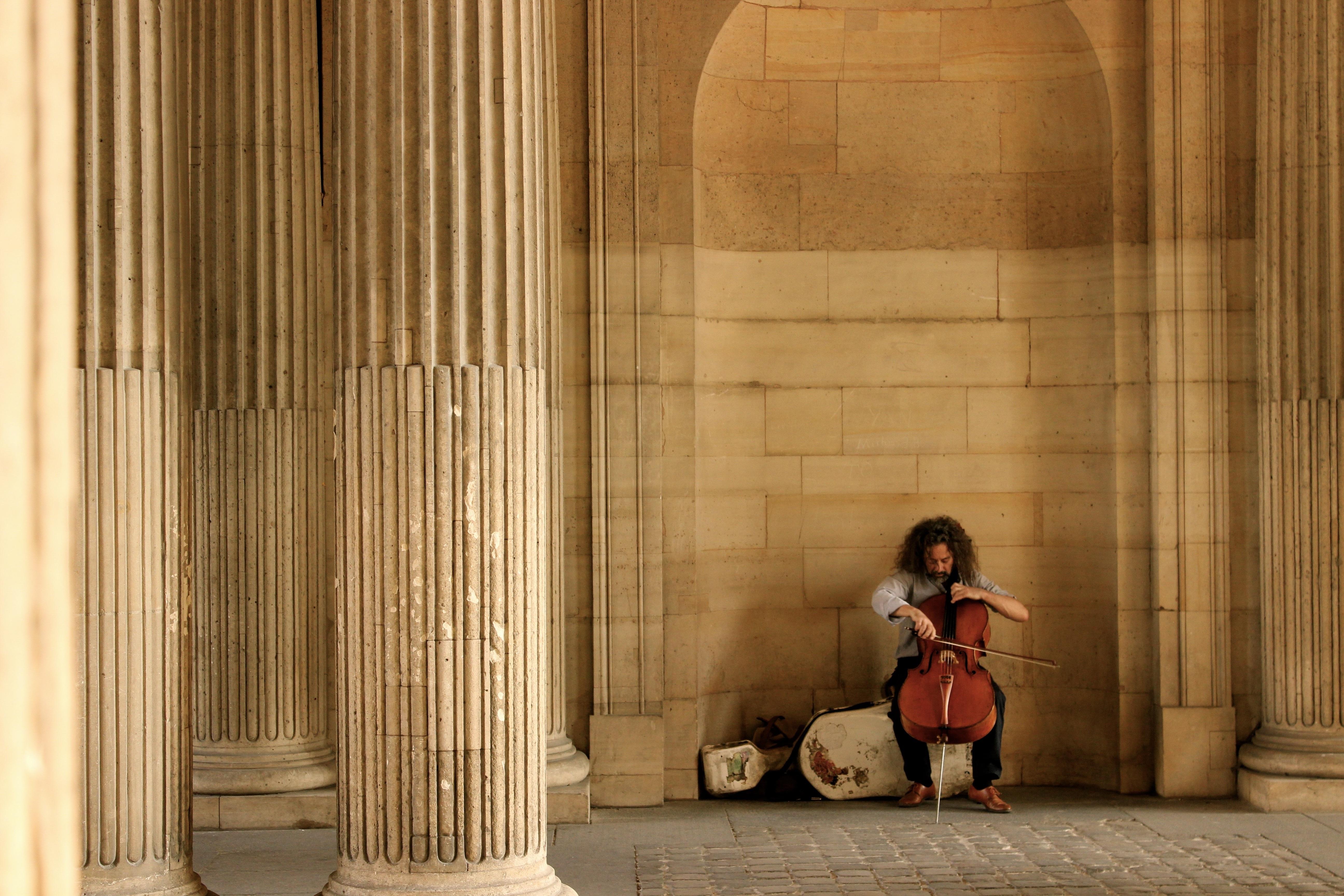 Chellist spielt auf seinem Instrument