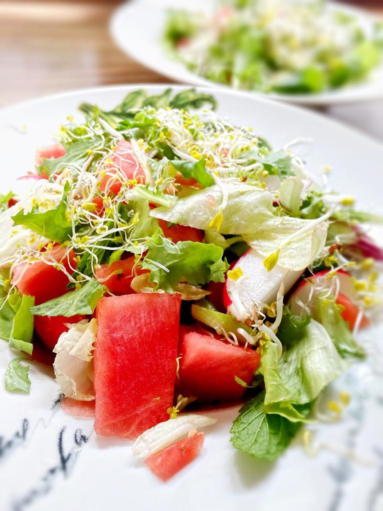 Salat ist der Klassiker unter den Sommergerichten. Mit der erfrischenden Wassermelone ist die leichte Salatvariationen kaum zu toppen!