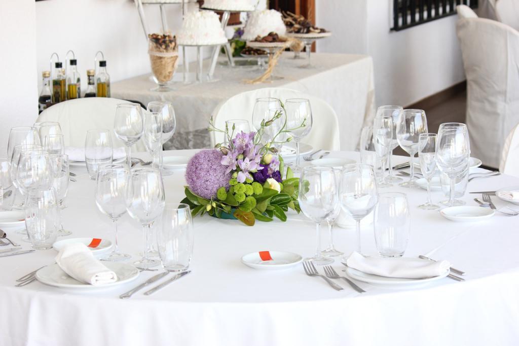 Festtagsessen gedeckter Tisch