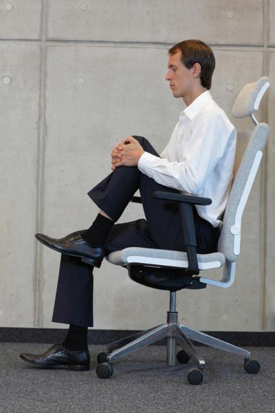 Übung 1: Knie anheben. Bürogymnastik. Rückenübungen fürs Büro und zuhause.