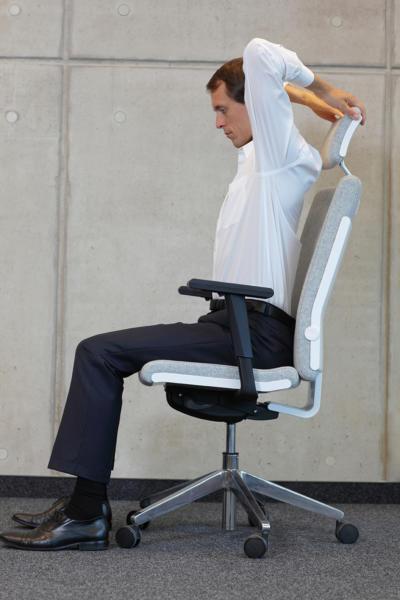Übung 2: Arme heben. Bürogymnastik. Rückenübungen fürs Büro und zuhause.