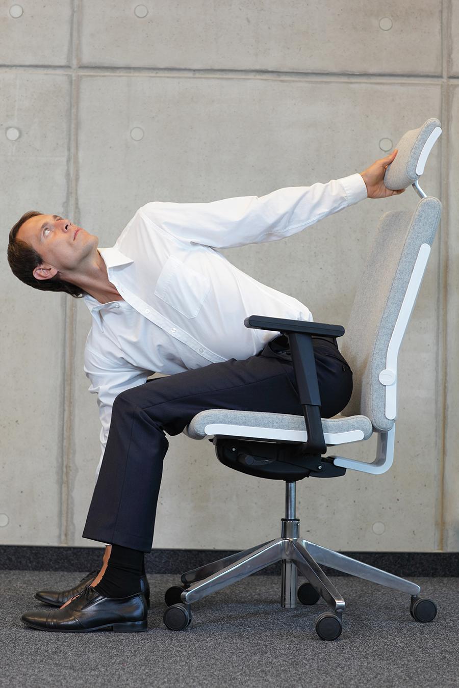 Übung 4: Wirbelsäule drehen. Bürogymnastik. Rückenübungen fürs Büro und zuhause.